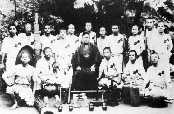articles-chojun-miyagi-and-students-1942.jpg